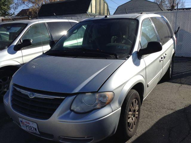 2005 Chrysler Town & Country $800