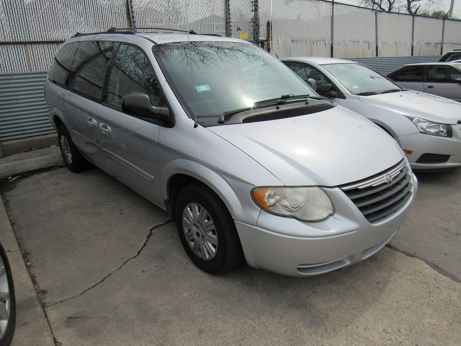 2006 Chrysler Town & Country $990