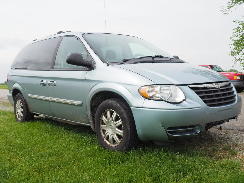 2005 Chrysler Town & Country $1250